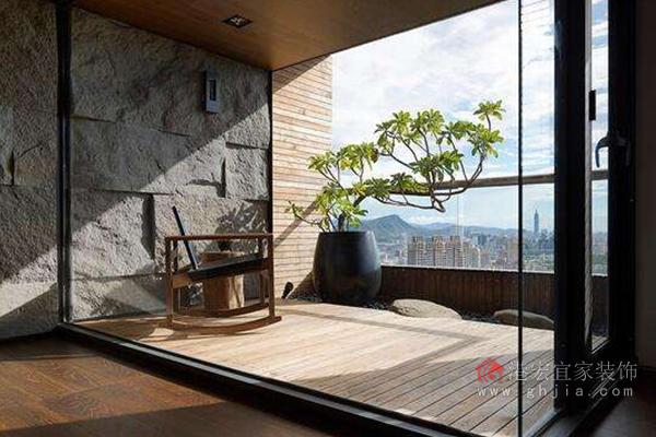 不管你是豪华的别墅还是普通的套房选择玻璃门隔断客厅与阳台都是非常好的选择,别墅的空间比较大,简约风格的整体的设计搭配上透亮的玻璃门,让整个客厅都显得大气明朗,套房也是如此,能够增加室内的光亮,明媚的阳光透过玻璃照射进来,让你的冬天更加的温暖。 以上就是客厅与阳台如何隔断,教你一些技巧的相关介绍,相信您看过之后也对此有了简单的了解,想了解更多居家装修知识、 装修案例 、 港宏装饰设计精英、 欧式风格装修效果图、 在建工程, 请到重庆港宏宜家装饰公司官网。